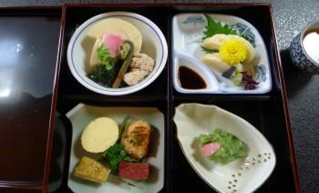 【竹の子弁当。このほかに竹の子御飯と汁物】